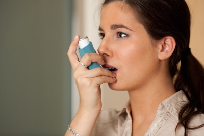 girl using inhaler